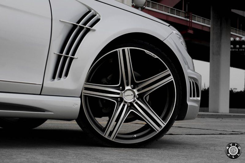 Автомобиль с большими колесами
