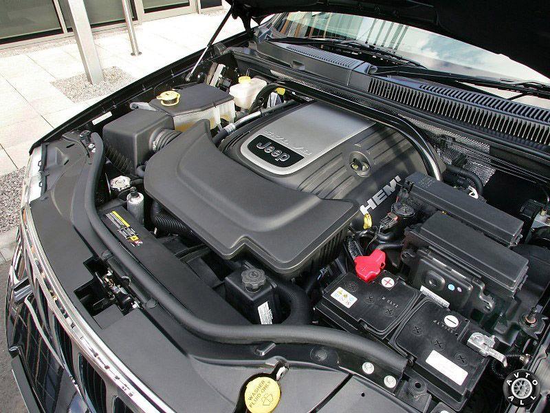 Установленный двигатель автомобиля jeep grand cherokee 3