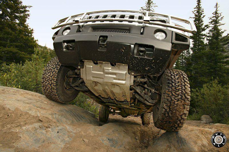 Вид снизу внедорожника Hummer H2 фото