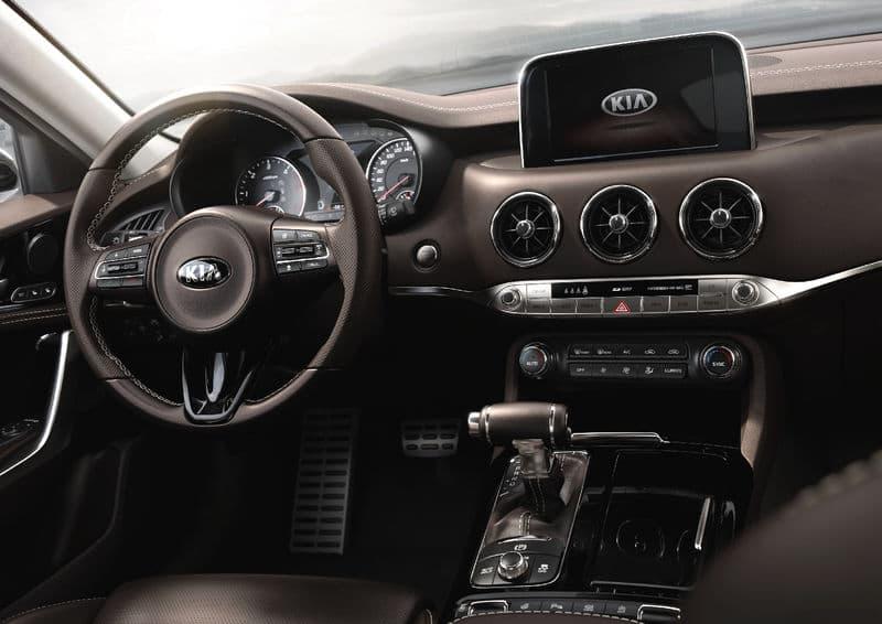 Корейский фастбэк Киа Стингер появится у российских автодилеров в январе-феврале 2018 года