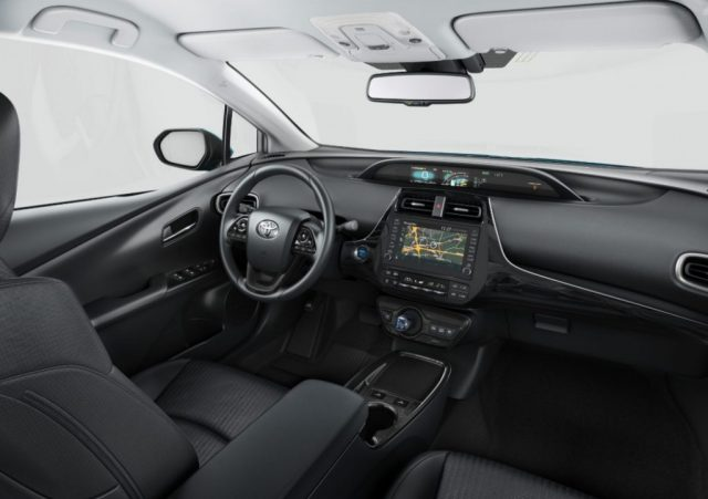 Обновленный салон Toyota Prius Plug-in Hybrid
